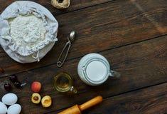 Legen Sie auf dem Tisch braune Bestandteile für das Kochen Stockbild