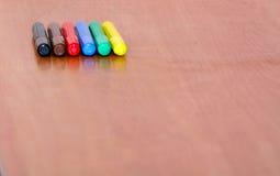 Legen Sie auf dem Tisch viele Markierungen von verschiedenen Farben Lizenzfreie Stockfotos