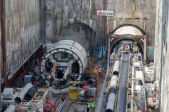 Legen Sie Bohrmaschinen an der Baustelle der Metros einen Tunnel an Stockfotos