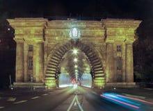 Legen Sie in Budapest nachts mit dem Verkehr einen Tunnel an, der in Front sich bewegt Stockbilder