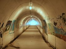 Legen Sie das Gehen unter Kalifornien-Autobahn einen Tunnel an und zu den Strand und den Ozean führen lizenzfreies stockfoto