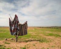 Legen Sie die Wolldecken mit Teppich aus, die auf einem Gebiet in Marrakesch trocknen lizenzfreies stockbild