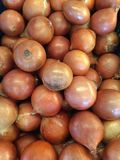Legen Sie die Zwiebeln in eine Wanne zusammen stockbild