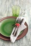 Legen Sie Einstellung mit Gabel, Messer, Platten und Serviette ver Lizenzfreie Stockfotos