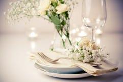 Legen Sie Einstellung mit Rosen in den hellen Farben und in der Weinlesetonware ver Lizenzfreies Stockfoto