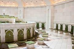 Legen Sie für das Waschen der Füße in Sheikh Zayed Mosque Lizenzfreie Stockbilder