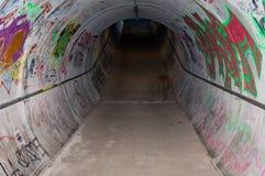 Legen Sie mit Graffiti einen Tunnel an Lizenzfreie Stockbilder