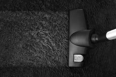 Legen Sie Reinigung mit Staubsauger mit Teppich aus und kopieren Sie Raum Lizenzfreie Stockfotografie