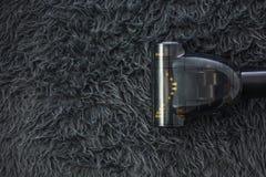 Legen Sie Reinigung mit Staubsauger mit Teppich aus und kopieren Sie Raum lizenzfreies stockbild