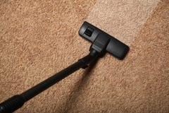 Legen Sie Reinigung, Staubsauger auf schmutzigem Boden mit Teppich aus lizenzfreies stockfoto