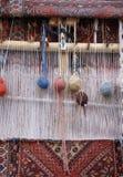 Legen Sie spinnenden Webstuhl mit Teppich aus Stockfotos