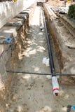 Legen von neuen Rohren im Graben Stockbild