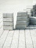 Legen von Pflastersteinen des Graus in der Stadtfußgängerzone Lizenzfreie Stockbilder