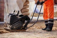 Legen von Pflastersteinen Reparatur des Bürgersteigs Lizenzfreies Stockbild