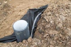 Legen von Rohren und eine Beobachtung gut für Abbau des Wassers für Stockfoto