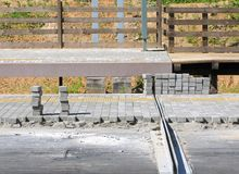 Legen von Straßenfliesen, neue Bahnplattformen stockfotografie