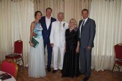 Legendärer Boxer Boris Lagutin mit einer Familie während des Jahrestages Stockfotos