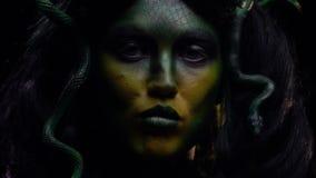 Legendäres Gorgon schluckt eine Schlange und leckt ihre Lippen stock video footage