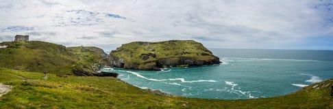 Legendarische het kasteelruïnes van KoningsArthur en dramatische kustlijn in Tintagel, Cornwall, het UK royalty-vrije stock foto