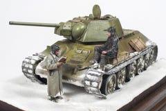 Legendarische Sovjettank t-34 76 in de oorlog in Wereldoorlog II Diorama van de wintermening met bemanning in 1942 royalty-vrije stock foto