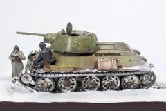 Legendarische Sovjettank t-34 76 in de oorlog in Wereldoorlog II Diorama van de wintermening met bemanning in 1942 stock foto's