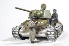 Legendarische Sovjettank t-34 76 in de oorlog in Wereldoorlog II Diorama van de wintermening met bemanning in 1942 royalty-vrije stock fotografie