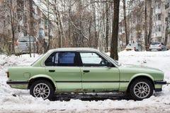 Legendariska BMW 3 serie som parkeras på stadsgatan Arkivbilder