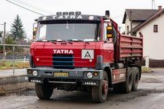 Legendariskt östligt - europeisk person som ger drickslastbil Tatra 815 S3 arkivbilder