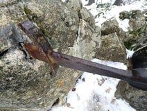 Legendariskt Excalibur svärd in i stenen i mitt av foen royaltyfri foto