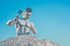 Legendarny atlant tworzy jego doskonalić ciało od skały fotografia stock