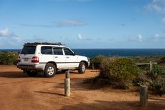 Legendarny 4WD Toyota Landcruiser biały samochód parkujący w Kalbarri parku narodowym obrazy stock