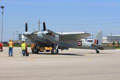 Legendary De在飞行的准备的Havilland Mosquito在哈密尔顿SkyFest 2014年 免版税库存图片