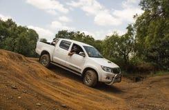 Legende 45 van Toyota Hilux van het vierwielaandrijvingvoertuig doet off-road stock foto