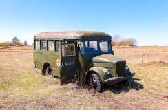 Leger groene verlaten retro bus in aard Royalty-vrije Stock Afbeelding