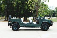 Leger Jeep& x27; s het openluchtparkeren is mooie uitstekende stijl stock afbeeldingen