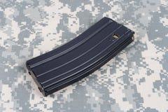 LEGER van de V.S. m-16 geweertijdschrift met patronen op eenvormige camouflage Stock Afbeeldingen