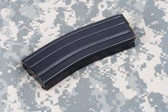 LEGER van de V.S. m-16 geweertijdschrift met patronen op eenvormige camouflage Stock Foto's