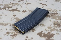LEGER van de V.S. m-16 geweertijdschrift met patronen op eenvormige camouflage Stock Fotografie