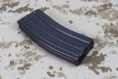 LEGER van de V.S. m-16 geweertijdschrift met patronen op eenvormige camouflage Stock Afbeelding