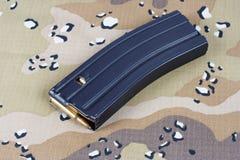 LEGER van de V.S. m-16 geweertijdschrift met patronen op eenvormige camouflage Stock Foto