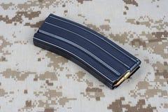 LEGER van de V.S. m-16 geweertijdschrift met patronen op eenvormige camouflage Royalty-vrije Stock Foto