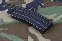 LEGER van de V.S. m-16 geweertijdschrift met patronen op eenvormige camouflage Royalty-vrije Stock Afbeeldingen