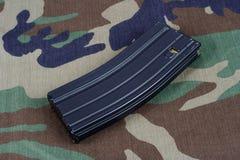 LEGER van de V.S. m-16 geweertijdschrift met patronen op eenvormige camouflage Royalty-vrije Stock Fotografie