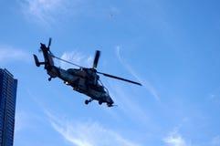 Legerhelikopter in de hemel Stock Foto's