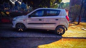Legeringshjulen på den lilla bilen royaltyfri bild