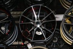 Legeringswiel van auto op de plank De legeringswielen zijn wielen die van een legering van aluminium of magnesium worden gemaakt stock afbeeldingen