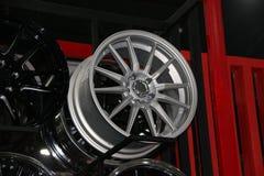 Legeringswiel van auto op de plank De legeringswielen zijn wielen die van een legering van aluminium of magnesium worden gemaakt royalty-vrije stock foto's