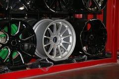 Legeringswiel van auto op de plank De legeringswielen zijn wielen die van een legering van aluminium of magnesium worden gemaakt stock foto