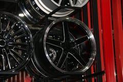 Legeringswiel van auto op de plank De legeringswielen zijn wielen die van een legering van aluminium of magnesium worden gemaakt royalty-vrije stock afbeelding