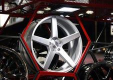 Legeringswiel van auto op de plank met rood Hexagon kader stock foto